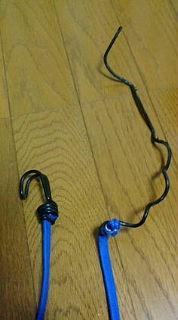 車輪に巻き込まれた荷物用のゴム紐のフック