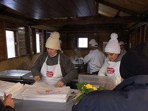 フリッテッレを売る女性たちと揚げる男たち