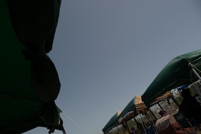 どのテントも吹っ飛びそうな強風の1日