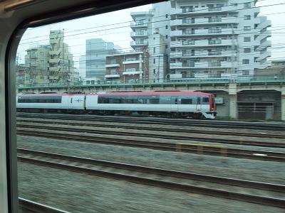 鶴見駅付近で地上に出る