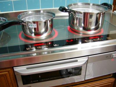 オニューの鍋に米の研ぎ汁を入れて炊いてます。