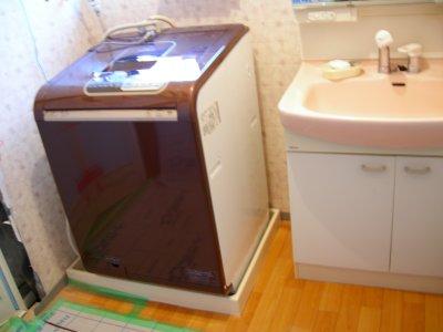 洗濯機は和室へ移動して洗面台はシートで包んで外へ移動