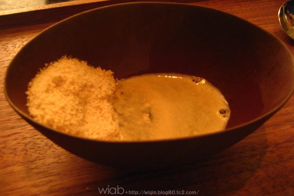 キノアという食べたこと無いもの・・・ 何だと思ったら、冷たい! フォアグラを粉末にして凍らせてお湯で溶かすと香りがふわぁ~っと♪