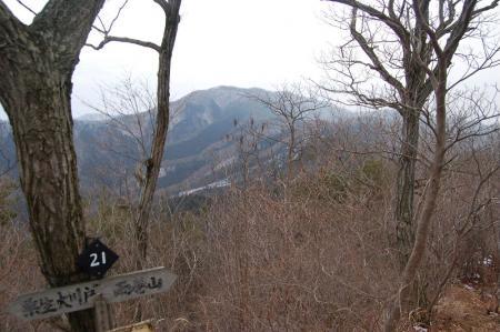 26三戸谷山からの雨巻山