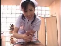 美人看護婦さんの手コキ責めに大量発射でカメラ直撃001a