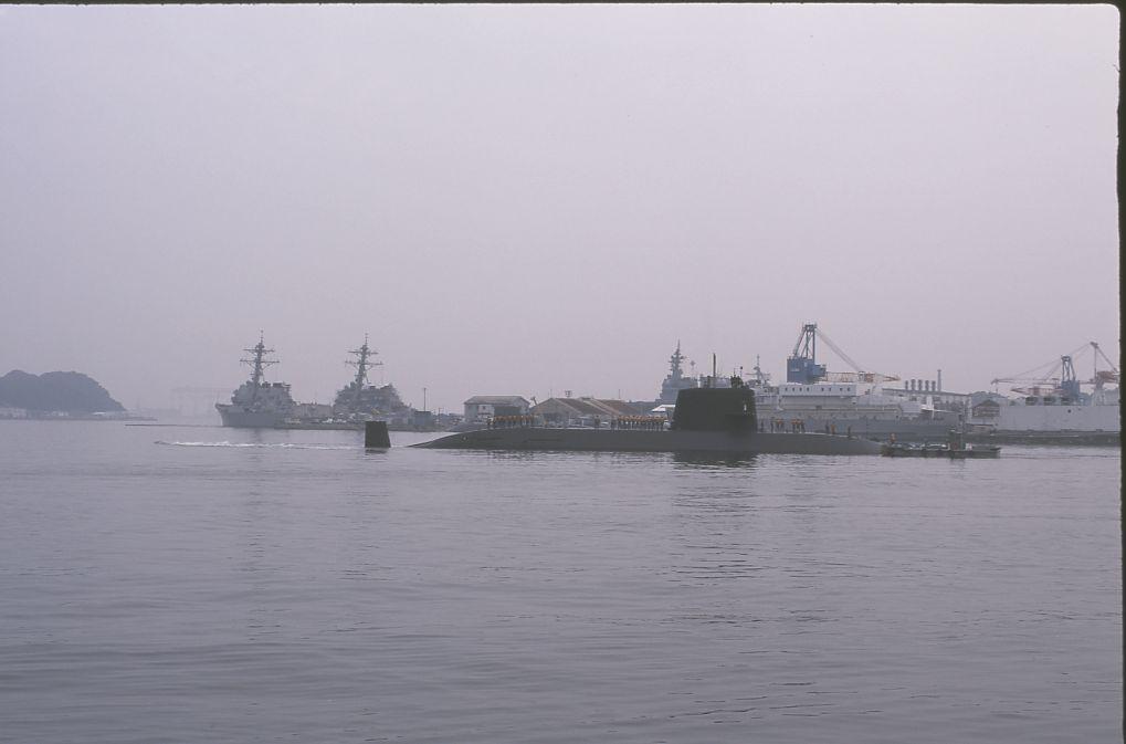 潜水艦はバックで出港しました。