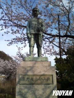 秋山好古の銅像