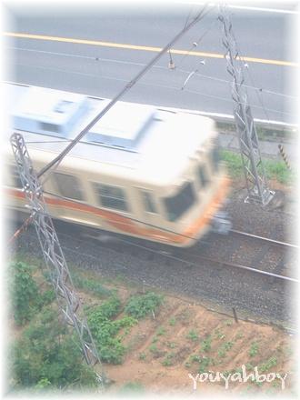 雨の中、全力疾走中の電車