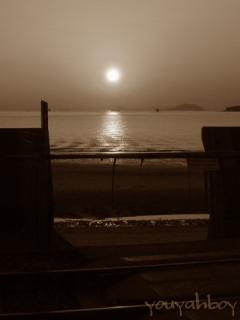 踏切の向こうの夕日