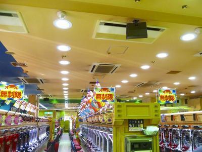 写真キャプション=「LEDダウンライト75W」を導入した「パーラーコハク」の店内