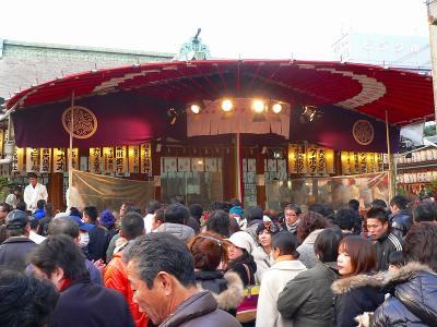 写真キャプション=やっとの思いで辿り着いた「今宮戎神社」の本殿