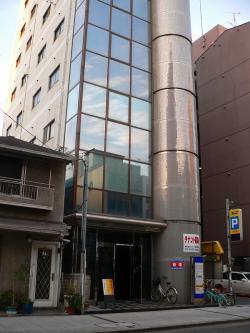 写真キャプション=「えびす会館」が入る大阪・難波の伍條ビル