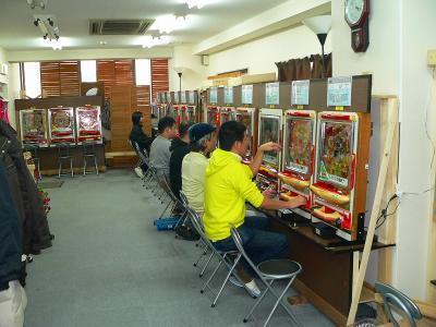 写真キャプション=「えびす会館」で古き名機との遊技を楽しむ会員たち