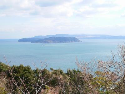 写真キャプション=淡路島の由良から撮った「紀淡海峡」に浮かぶ友ヶ島とその向こうに横たわる紀伊半島