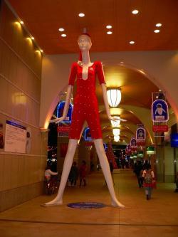 写真キャプション=名古屋駅の近くで撮った巨大なマネキン