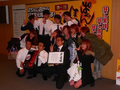 写真キャプション=決勝大会を終えて記念撮影をする「丸の内デルコム」チーム