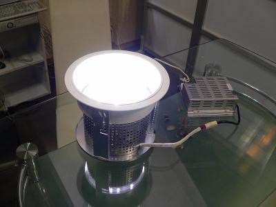 写真キャプション=水銀灯の「HID250W」と同等の照度を持つ「LEDダウンライト75W」