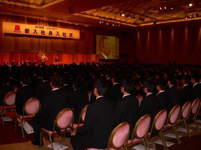 写真キャプション=432名の新入社員が一堂に会した入社式
