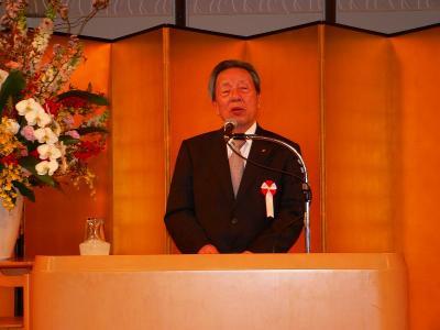 写真キャプション=新入社員にマルハンの心構えを訓示する韓昌祐会長