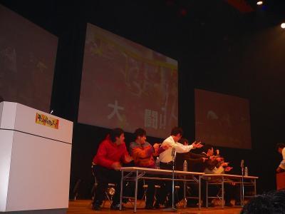 写真キャプション=大阪のホールらしい寸劇を舞台上で繰り広げる