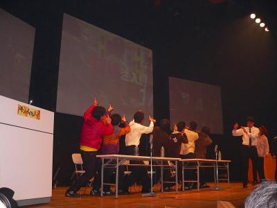 写真キャプション=いきなりの寸劇に会場の観客は引いてしまったが、徐々に自分たちのペースに巻き込んでいった