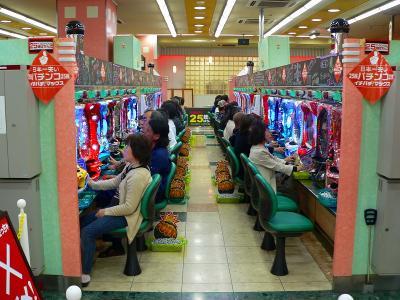 写真キャプション=「25銭ぱちんこ」を楽しむ遊技客