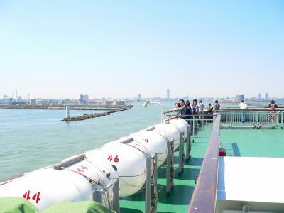 写真キャプション=信濃川の河口から日本海に出て行く佐渡汽船の「おけさ丸」