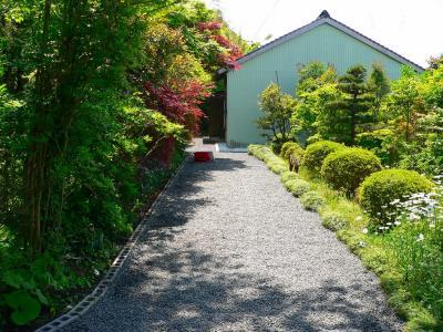 """写真キャプション=作業後の""""畑の家""""への道。""""砂利""""は薄くなり、神聖な雰囲気さえ漂ってきた"""