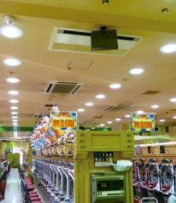 写真キャプション=既存の天井開口部を利用しての施工