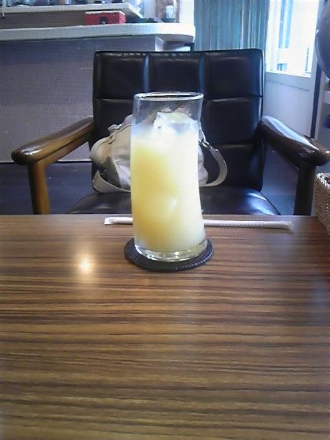 カリモク60の椅子の前にたたずむグラス