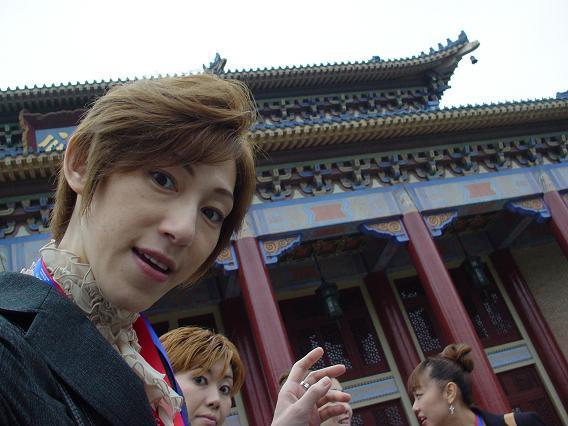 中国公演 中山記念堂 外で