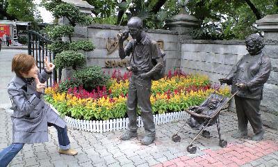 中国 公演の銅像と