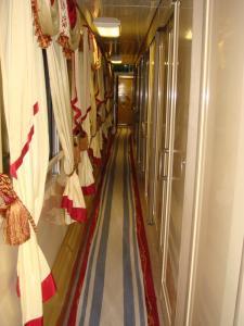 赤い矢号の廊下