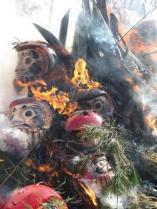 しめ飾り、だるまを燃やします。