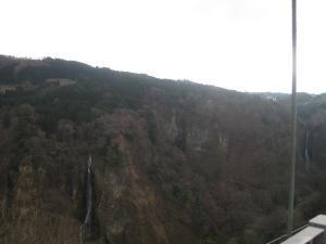 小さな滝が