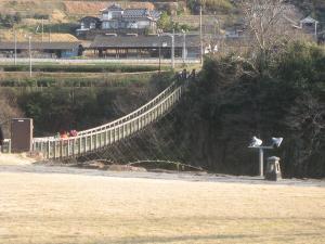 冬の吊橋は寒い