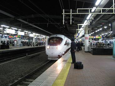 夜の博多駅 885系