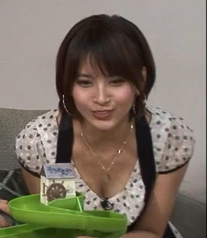 加藤夏希 流しそうめんをとるために谷間が丸見えキャプ画像(エロ・アイコラ画像)