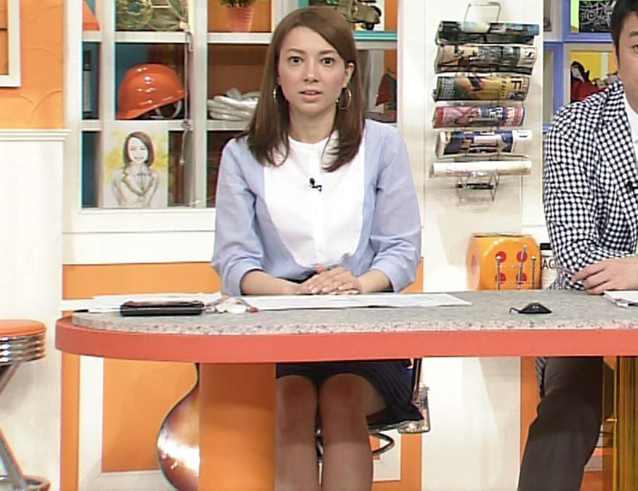 葉山エレーヌ 机の下のミニスカートキャプ画像(エロ・アイコラ画像)