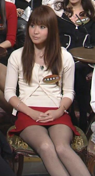 内藤里奈 パンツが見えそうなミニスカート 1/10キャプ画像(エロ・アイコラ画像)