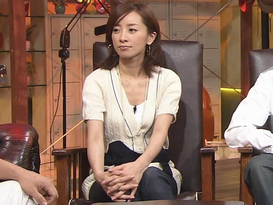 西尾由佳理 少し胸元の開いた服キャプ画像(エロ・アイコラ画像)