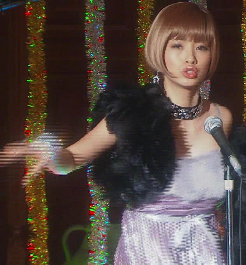上戸綾 胸が大きく開いたドレスキャプ画像(エロ・アイコラ画像)