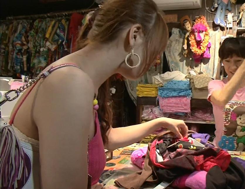 八田亜矢子 おっぱいと服の隙間キャプ画像(エロ・アイコラ画像)