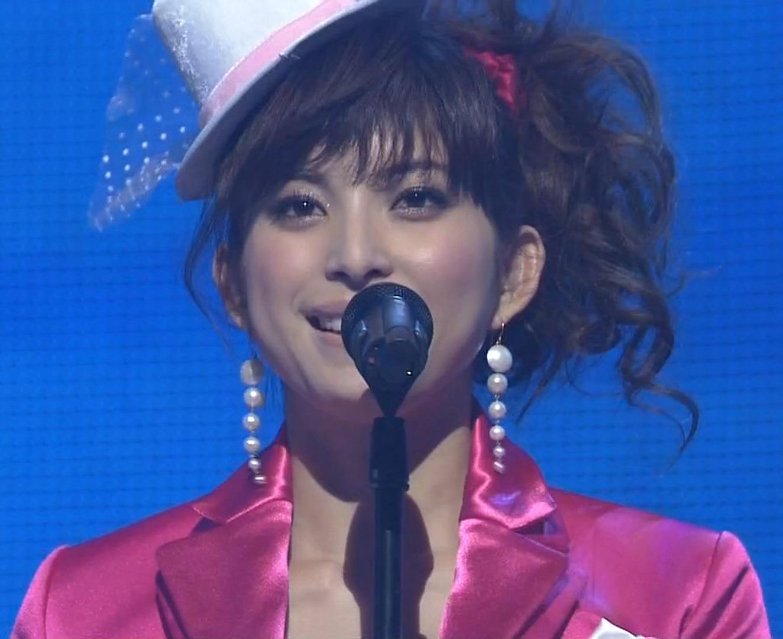 上原多香子 紅白歌合戦 胸元の開いた衣装キャプ画像(エロ・アイコラ画像)
