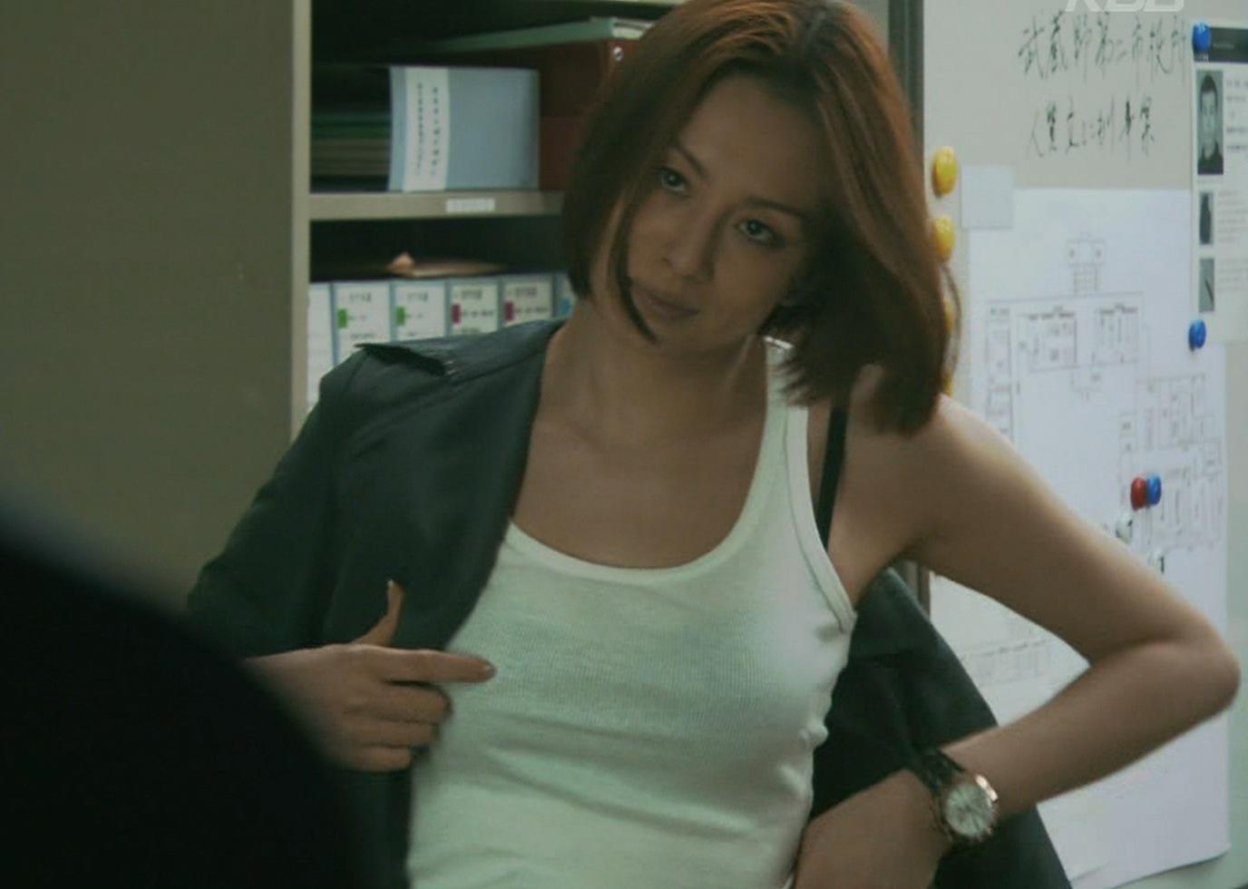 米倉涼子 巨乳のタンクトップからはみ出たブラジャーキャプ画像(エロ・アイコラ画像)