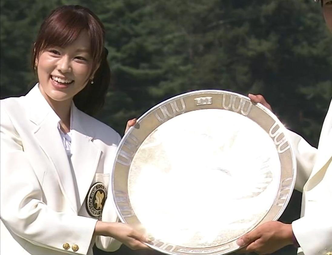 本田朋子 石川遼に優勝カップを渡すところ(かわいかったので・・・)キャプ画像(エロ・アイコラ画像)