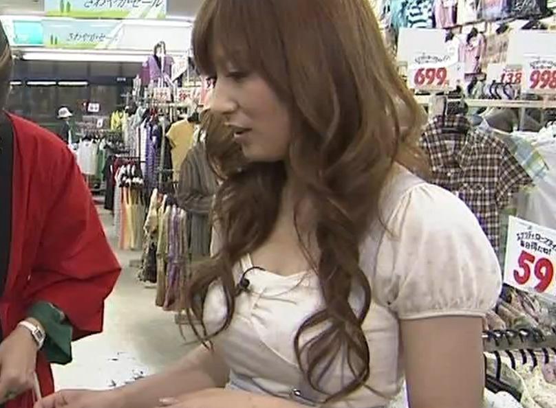 熊田曜子 商品を値切るために谷間を見せるキャプ画像(エロ・アイコラ画像)