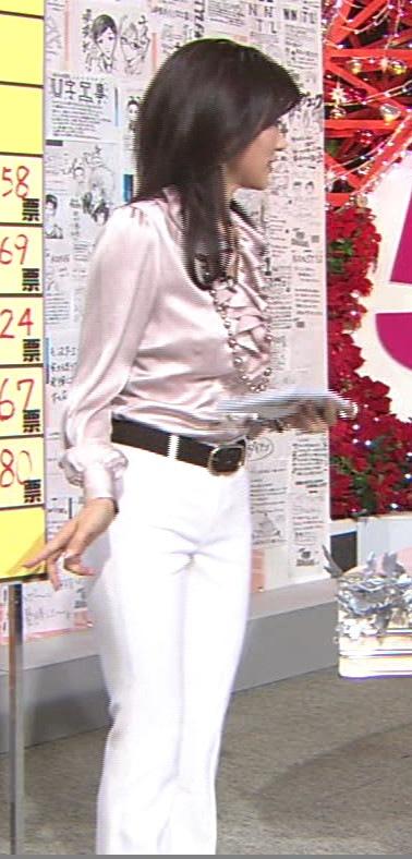 中田有紀 白いぴったりとしたパンツ画像