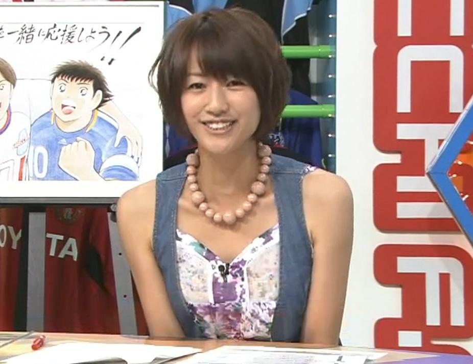 前田有紀 露出度の高い服と机の下のミニスカートキャプ画像(エロ・アイコラ画像)