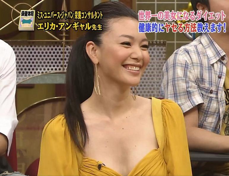 知花くらら 胸元が大きく開いた服キャプ画像(エロ・アイコラ画像)